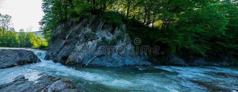 Falaise et écoulement de la rivière de Pistynka Panorama photos libres de droits