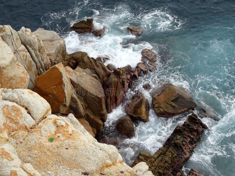 Falaise et océan d'Acapulco photos stock