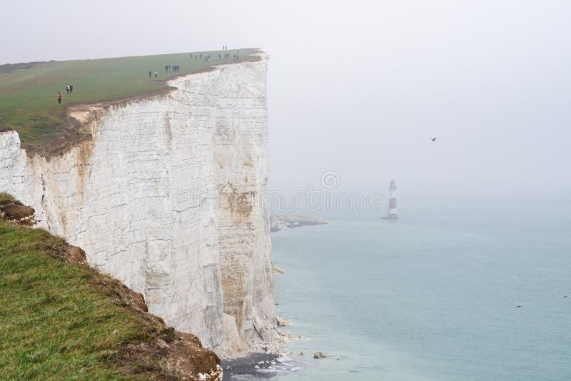 Falaise et phare blancs en brume image stock