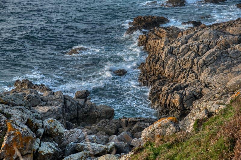 Falaise et plage naturelles de roche photo libre de droits