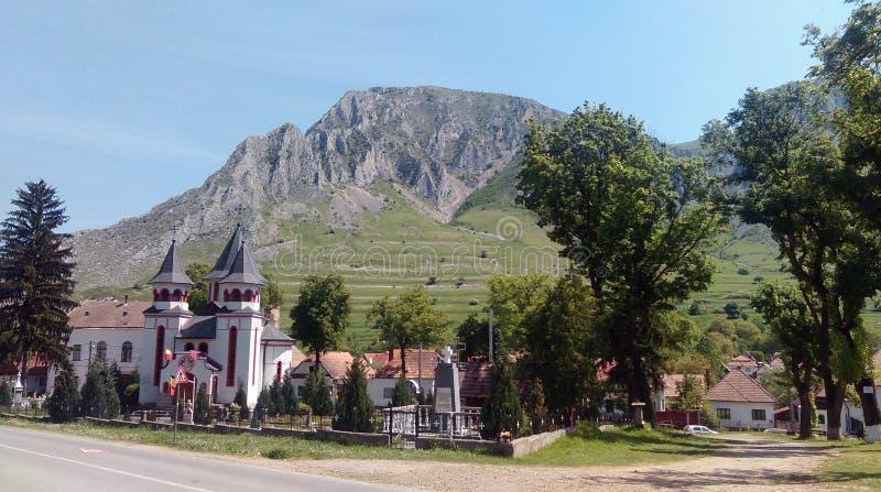 Falaise rocheuse derrière le village image libre de droits