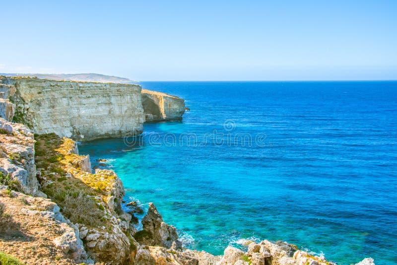 Falaise sur la côte pittoresque de la mer Méditerranée avec de l'eau turquoise images libres de droits
