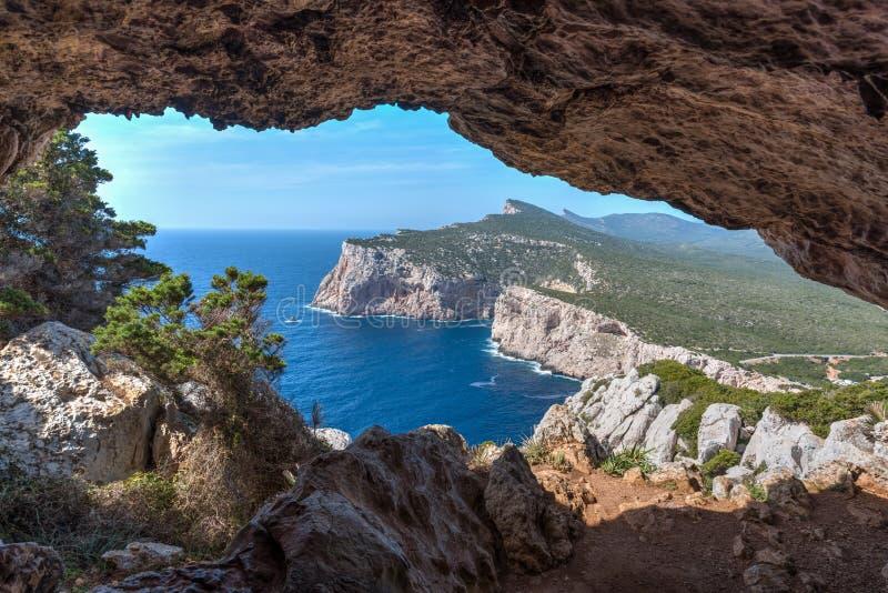 Falaise vue d'une caverne dans le capo Caccia image libre de droits