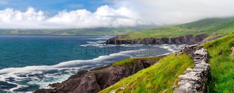 Falaises côtières atlantiques de l'Irlande sur l'anneau de Kerry, près de manière atlantique sauvage images libres de droits
