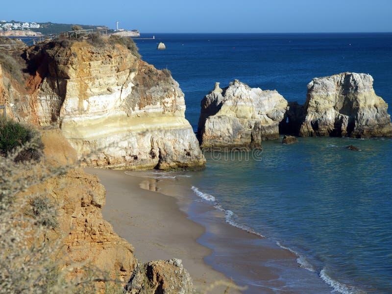 Falaises colorées de l'Algarve au Portugal photos stock