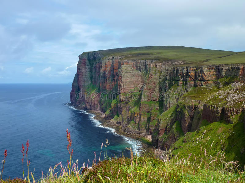 Falaises d'île de Hoy sur l'Orkneys image stock