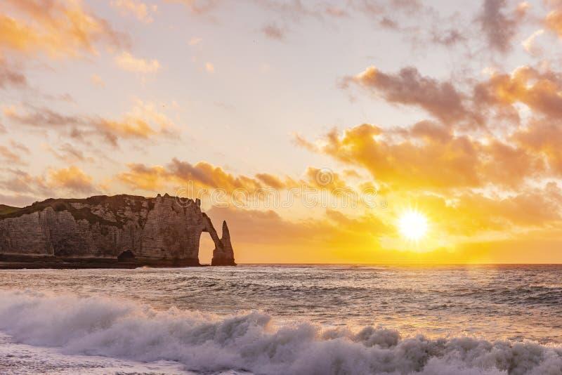 Falaises d'etretat au coucher du soleil photos stock