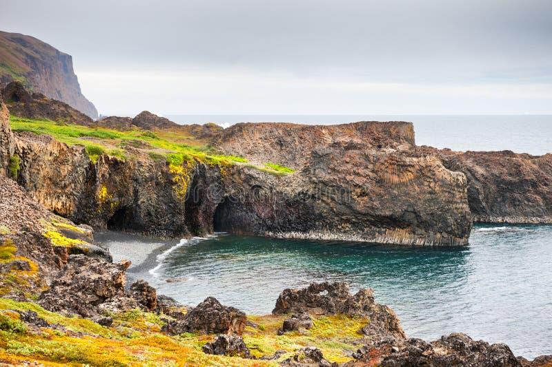 Falaises de basalte sur la côte de l'île de disco, Groenland photographie stock