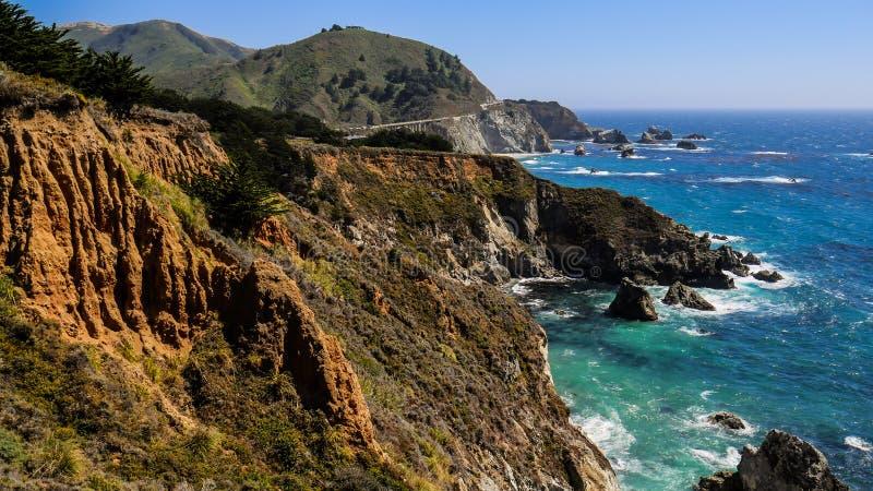Falaises de bord de la mer et mer bleue d'espace libre chez Big Sur, la Californie, Etats-Unis image stock