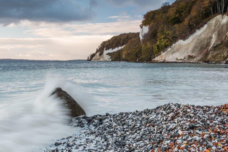 Falaises de craie avec la vague à la roche et aux nuages dramatiques photographie stock libre de droits