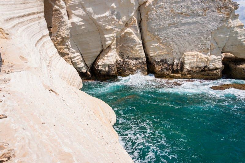 Falaises de craie blanches énormes, roches, montagnes sur la côte du nord de la mer Méditerranée dans Rosh Hanikra, Israël photographie stock libre de droits