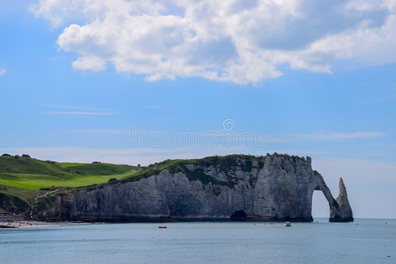 Falaises de craie scéniques d'albâtre d'Etretat et côte de destination de l'Océan Atlantique, de voyage et de vacances en Normand photographie stock