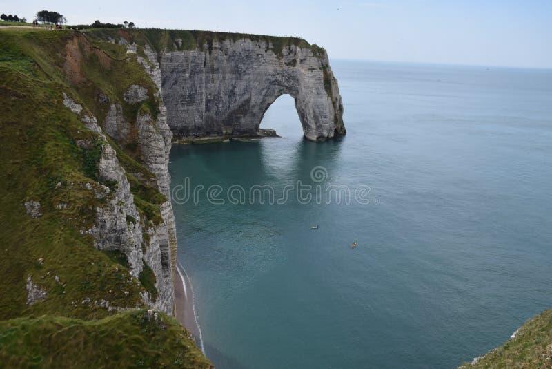 Falaises de craie scéniques d'albâtre d'Etretat et côte de destination de l'Océan Atlantique, de voyage et de vacances en Normand image stock