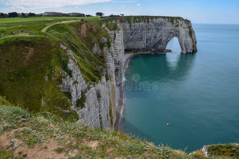 Falaises de craie scéniques d'albâtre d'Etretat et côte de destination de l'Océan Atlantique, de voyage et de vacances en Normand photos libres de droits