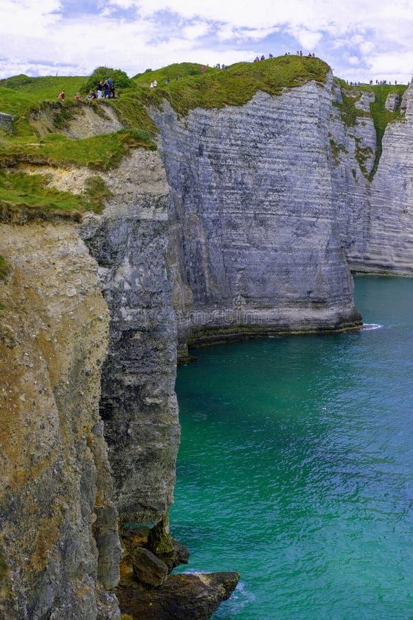 Falaises de craie scéniques d'albâtre d'Etretat et côte de destination de l'Océan Atlantique, de voyage et de vacances en Normand images stock