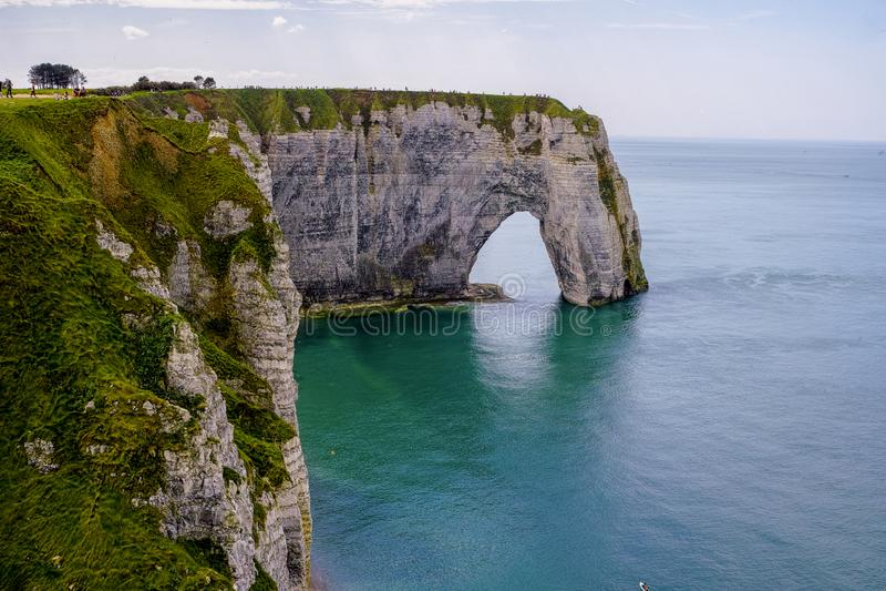 Falaises de craie scéniques d'albâtre d'Etretat et côte de destination de l'Océan Atlantique, de voyage et de vacances en Normand photo libre de droits