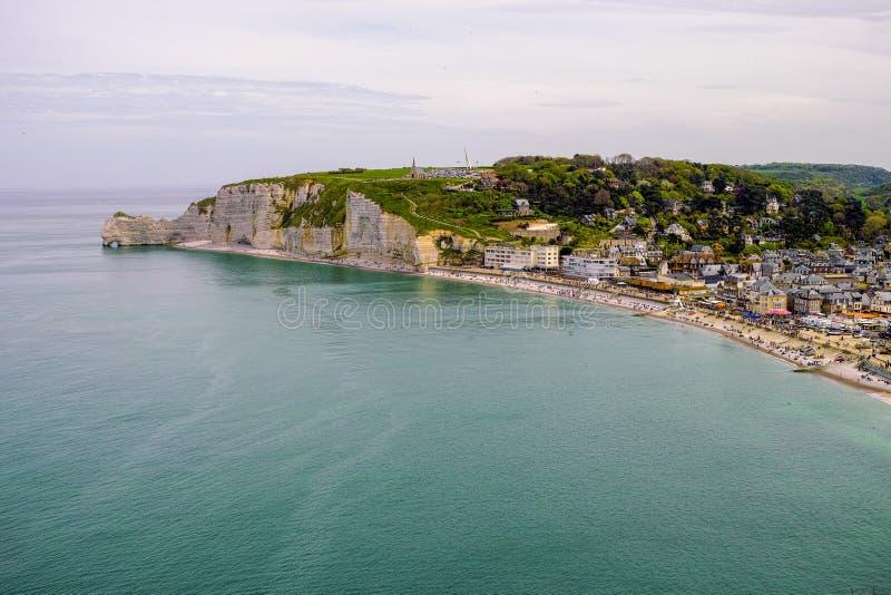Falaises de craie scéniques d'albâtre d'Etretat et côte de destination de l'Océan Atlantique, de voyage et de vacances en Normand image libre de droits