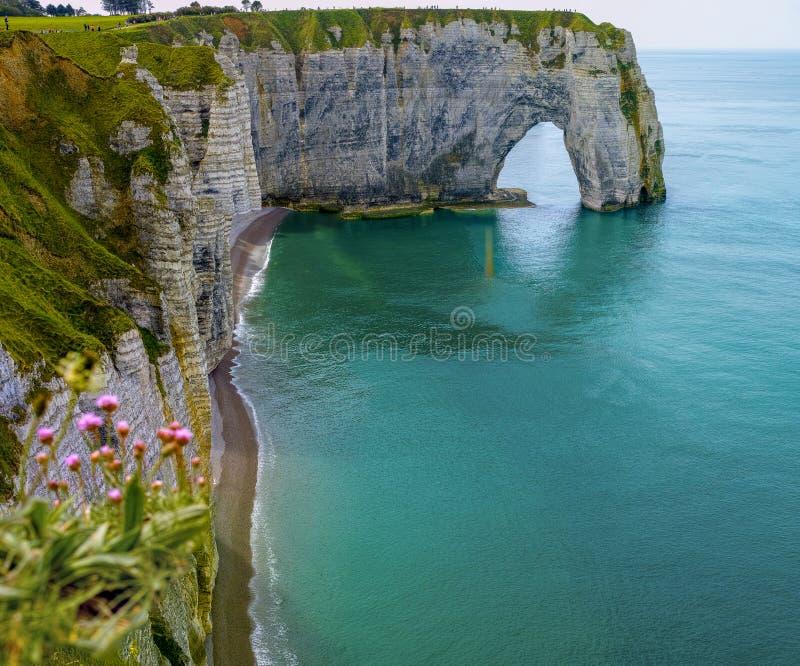 Falaises de craie scéniques d'albâtre d'Etretat et côte de destination de l'Océan Atlantique, de voyage et de vacances en Normand photo stock
