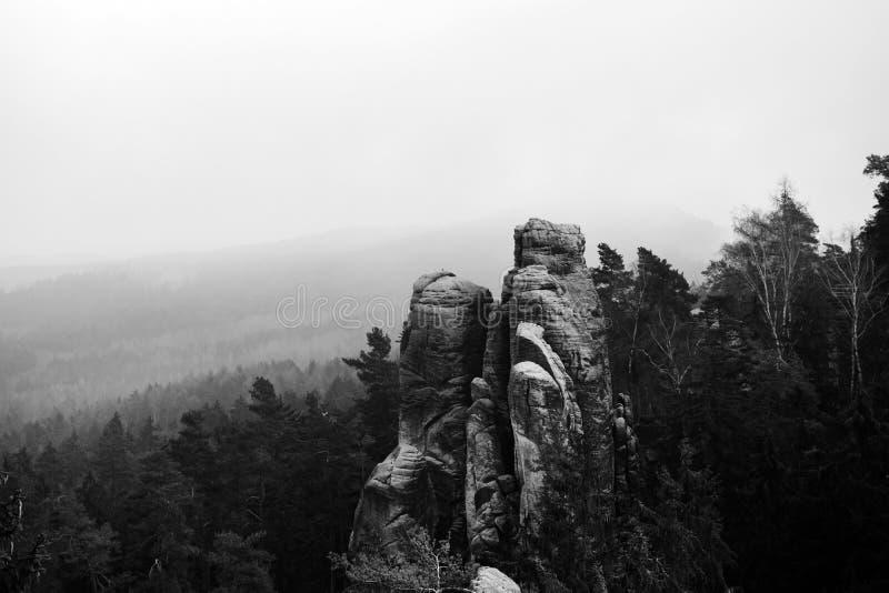 Falaises de grès dans le paradis de Bohème - les roches de Prachov - noir et blanc images libres de droits