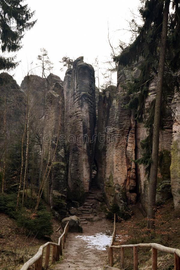 Falaises de grès dans le paradis de Bohème - les roches de Prachov - route image stock