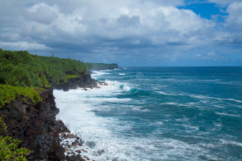 Falaises de mer de côte de Kalapana d'Hawaï de vue de mer photographie stock