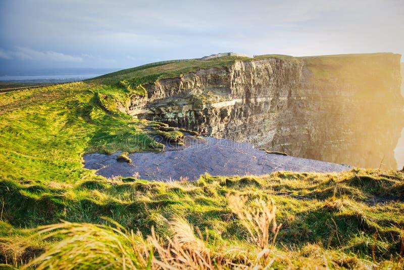 Falaises de Moher au coucher du soleil dans Cie. Clare, Irlande l'Europe photographie stock libre de droits