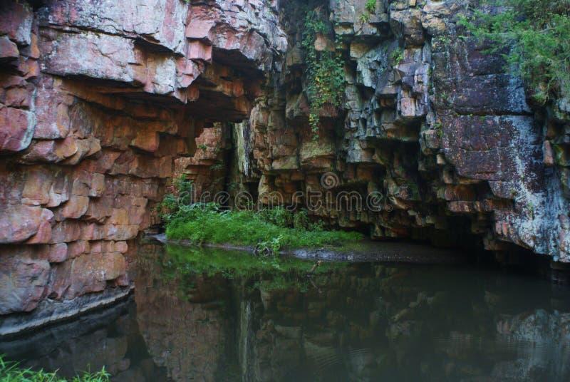 Falaises de roche au-dessus de rivière images libres de droits