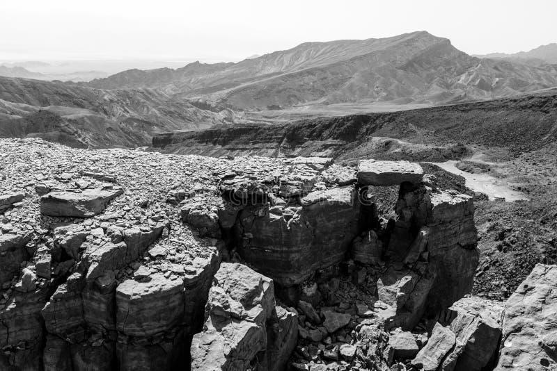 Falaises de roche de montagnes de désert de B&W photo libre de droits