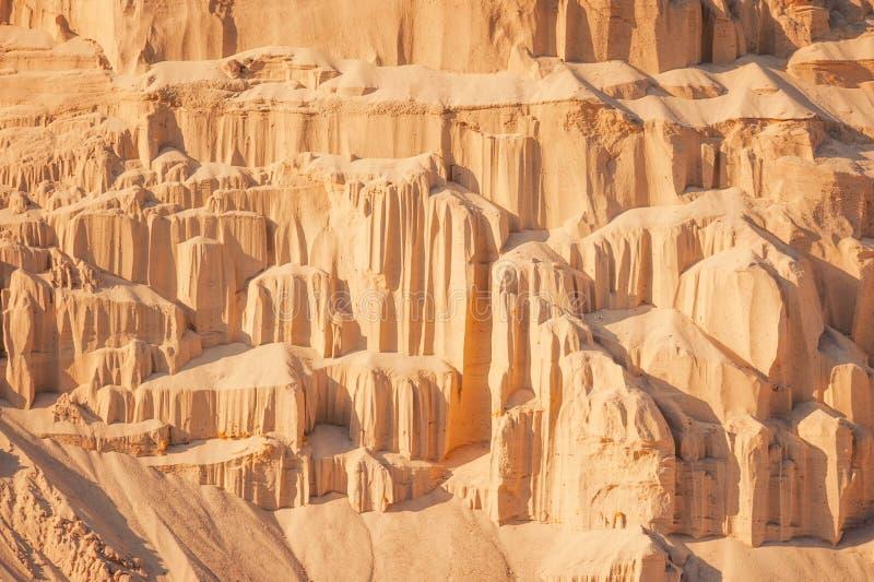 Falaises de sable à l'arrière-plan industriel de carrière images libres de droits