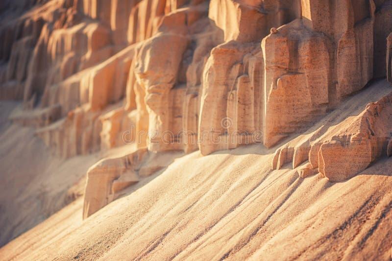 Falaises de sable à l'arrière-plan industriel de carrière photographie stock