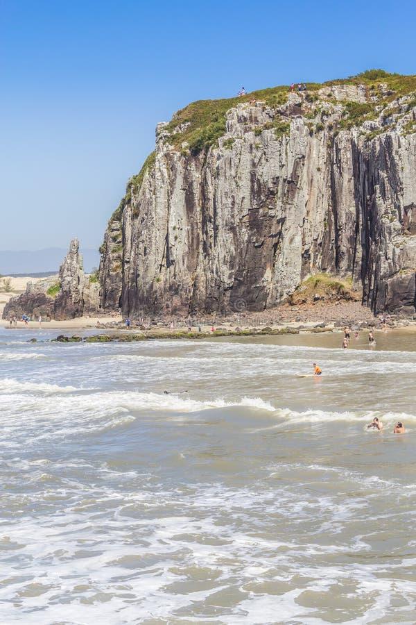 Falaises en plage de Guarita chez Torres image stock