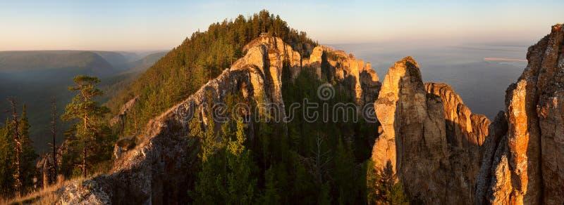 Falaises et forêt pures de chaux photographie stock libre de droits