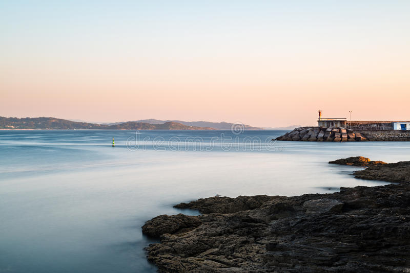 Falaises et petit phare à Pontevedra, Espagne image stock