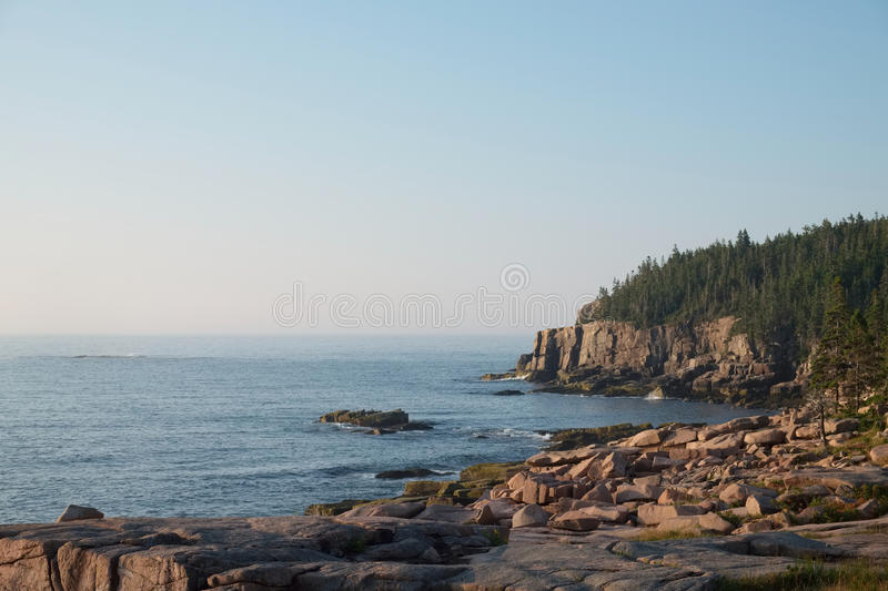 Falaises roses de granit et rochers tombés en parc national d'Acadia photo stock