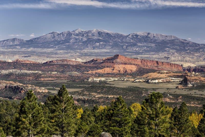 Falaises rouges de roche et Henry Mountains photos stock