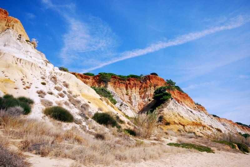 Falaises rouges et ciel bleu (Algarve, Portugal) photos stock