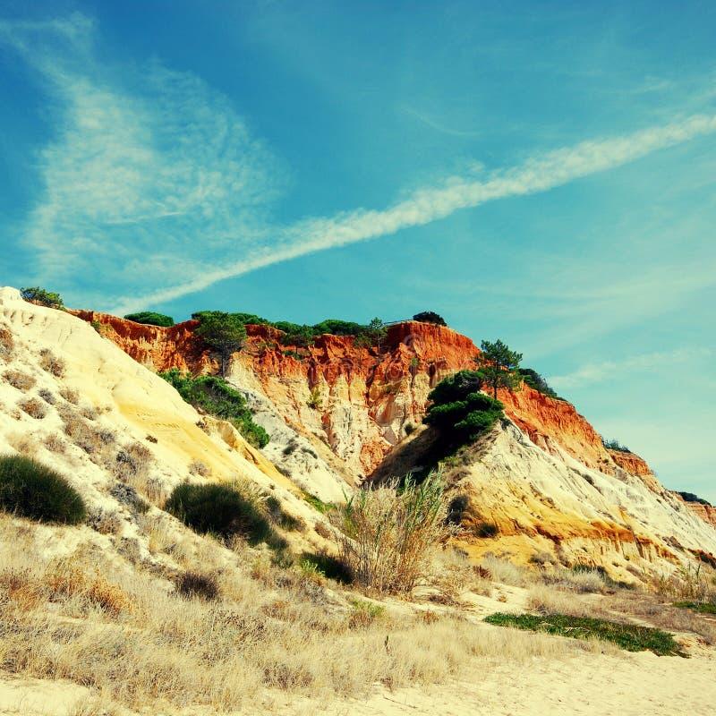 Falaises rouges et ciel bleu (Algarve, Portugal) images libres de droits