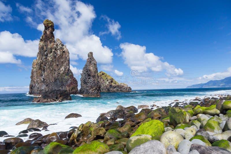 Falaises sur la côte du nord-ouest de la belle Madère sauvage ISL photos libres de droits