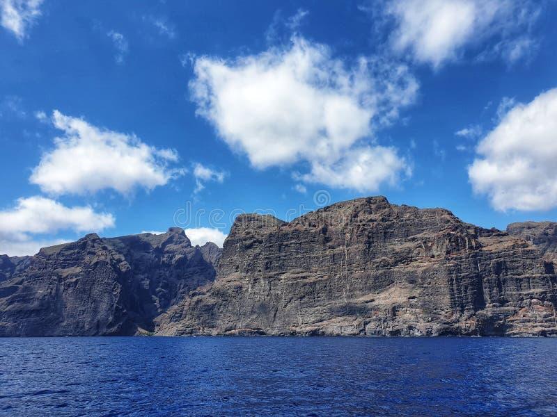 Falaises Ténérife, formations de visibilité directe Gigantes de roche géantes photographie stock libre de droits