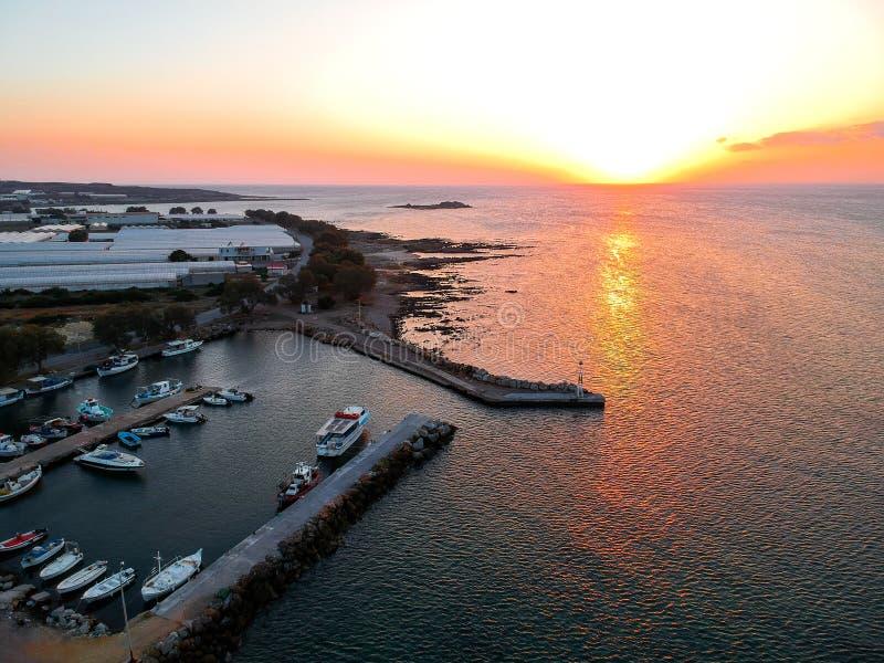 Falasarna, заход солнца Греции над взглядом трутня моря стоковое изображение