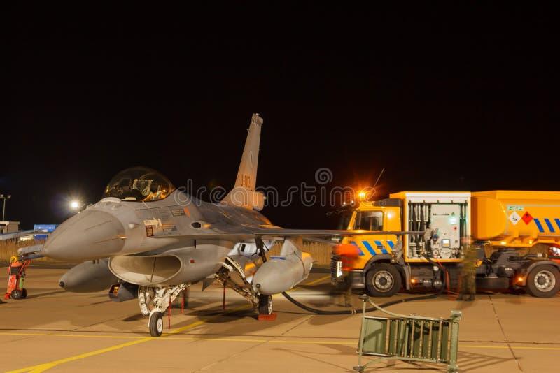 Falco di combattimento del F-16 di esercizio di volo di notte immagini stock
