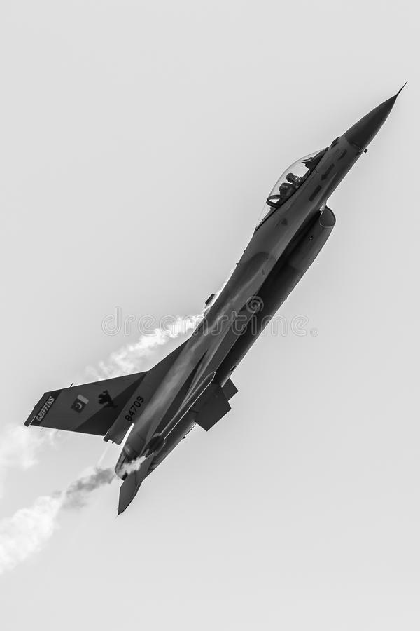 Falco pakistano di combattimento del F-16 dell'aeronautica PAF General Dynamics, airshow sopra Islamabad, Pakistan fotografia stock