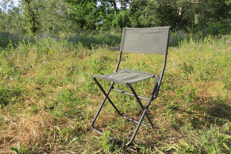 Falcowania turystyczny krzesło na łące obrazy stock