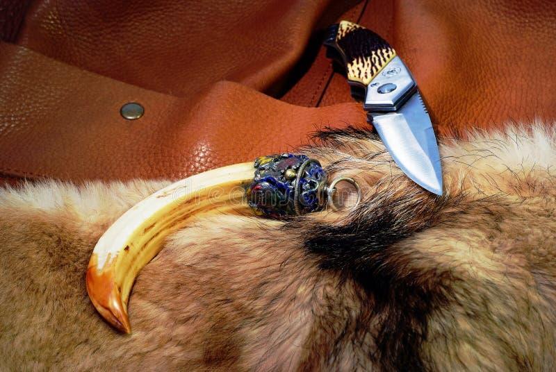 falcowanie kieł futerkowy nożowy rzemienny obrazy stock