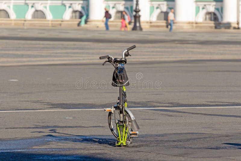 Falcowanie rowerowi stojaki na ulica kwadracie obrazy stock