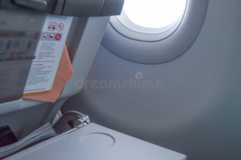 Falcowanie stół, lot instrukcje, magazyn w miejscu na przedzie, porthole, pojęcie loty i podróż, fotografia royalty free