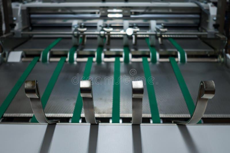 Falcowanie zielonych pasów Maszynowa karma Toczy metal Przemysłowy Applian zdjęcie stock