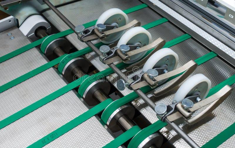 Falcowanie zielonych pasów Maszynowa karma Toczy metal Przemysłowy Applian fotografia royalty free