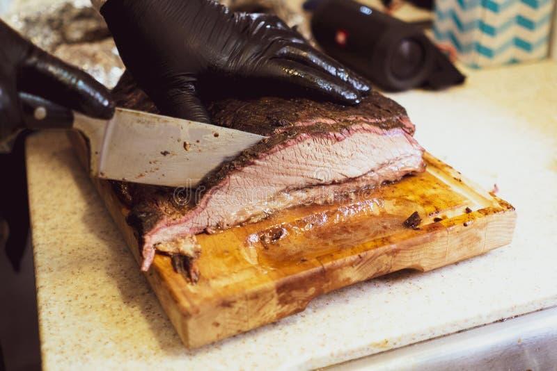 Falda de carne de vaca jugosa en la tabla de cortar fotografía de archivo libre de regalías