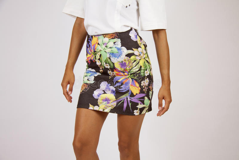 Falda de la camisa modelada con las flores imagenes de archivo